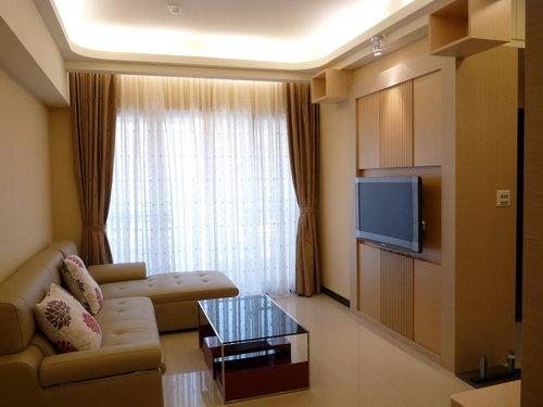 客厅窗帘:外层窗帘布选择室内设计同色调款,内层再搭配刺绣小花白色