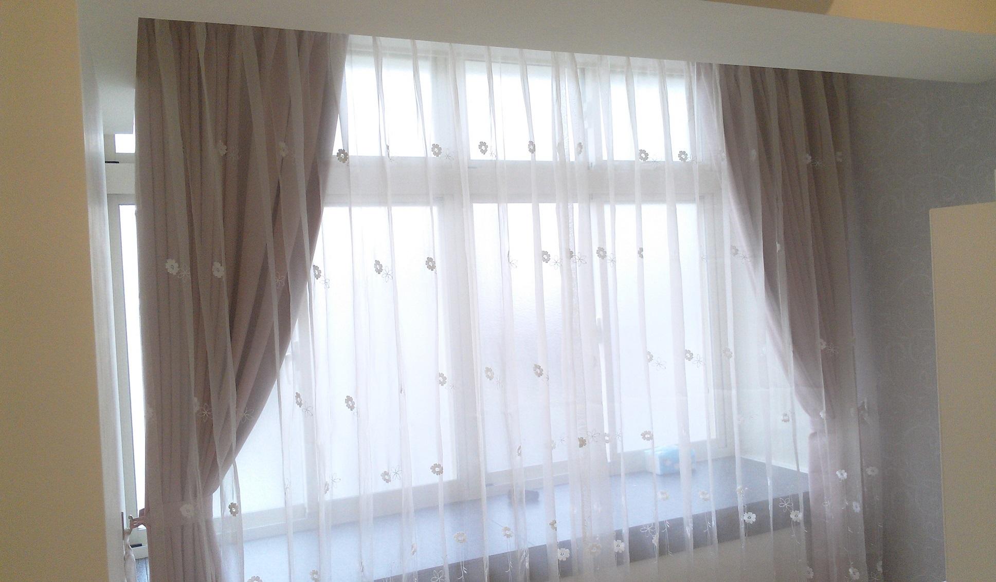 粉色遮光窗帘布搭配纯白色浪漫花朵窗纱
