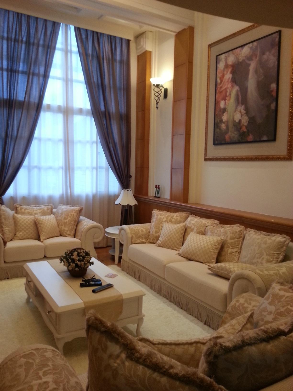 客厅挑高落地窗选用素色窗帘布搭配纯白窗纱