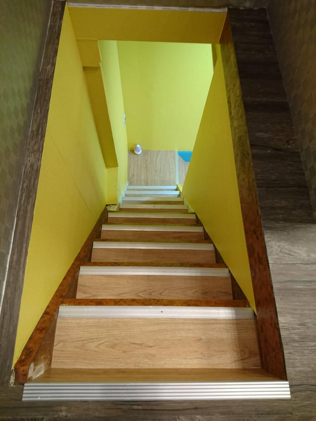 楼梯直角面以压条收边图片